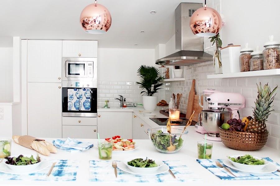 Cocina blanca con detalles en oro y cobre