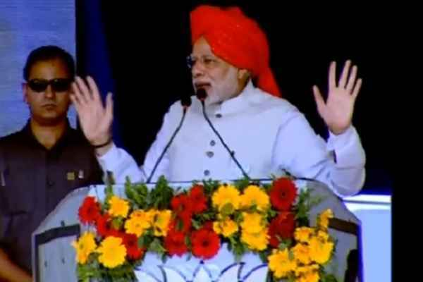 pm-modi-expose-congress-divide-and-rule-policy-in-bharuch-rally