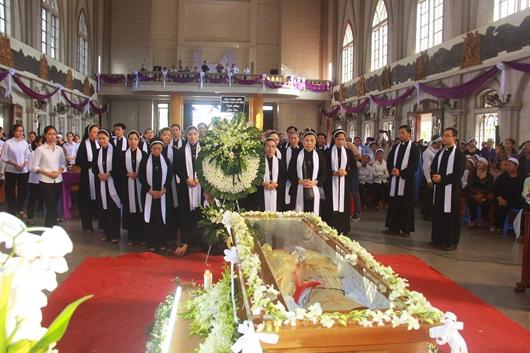 Ngày thứ Ba: Kính viếng và cầu nguyện cho Đức cha Phanxicô Xaviê Nguyễn Văn Sang - Ảnh minh hoạ 45