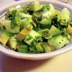 Острый салат из авокадо и огурца