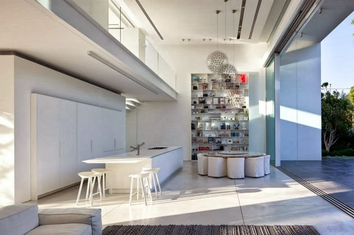 Kitchen and dining room in White Ramat Hasharon House by Pitsou Kedem Architects