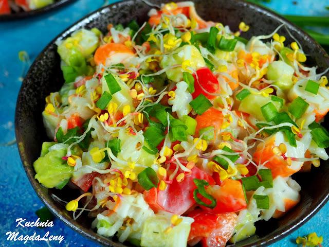 Sałatka z ryżem i paluszkami krabowymi