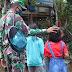 Salah Satu Cara Anggota Satgas TMMD 109/ Sintang Tetap Dekat dan Menjadi Idola Anak-anak