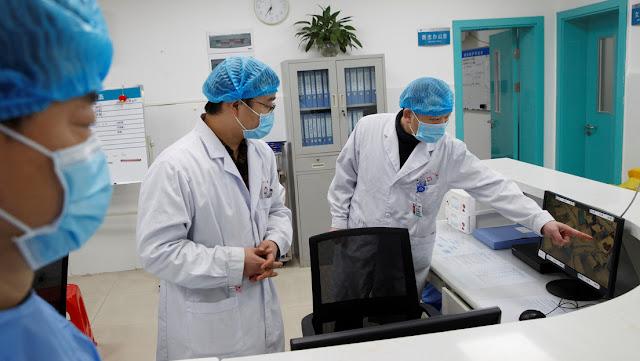 """Muere por coronavirus el primer médico chino que advirtió sobre el brote y fue acusado de """"cometarios falsos"""""""
