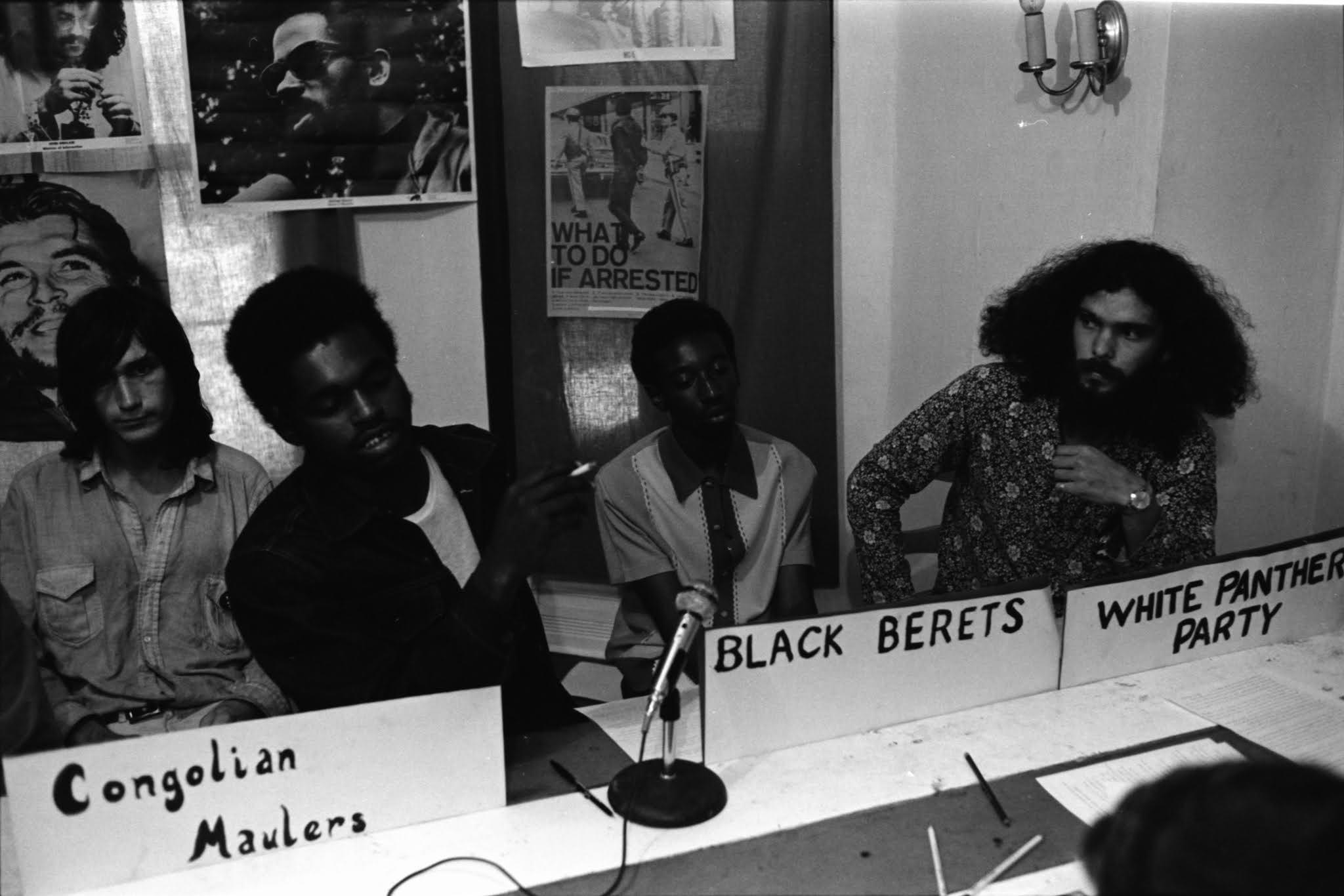 Pun Plamondon en una reunión de los Panteras Blancas con otros grupos