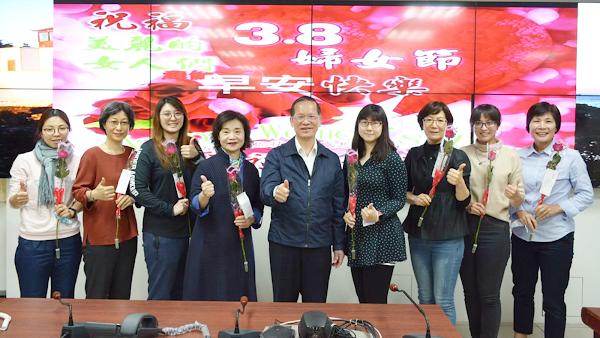 彰化縣警察局慶祝婦女節 許錫榮贈女同仁「雙享花」