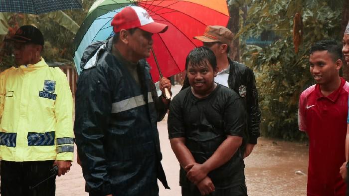 Pastikan Penanganan Korban Banjir Maksimal, Bupati Barru Keliling Hingga Tengah Malam