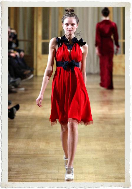 abito rosso con fiocchi neri  Alexis Mabille