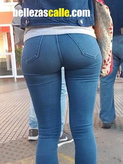 Mujeres cola grande calle usando jeans apretados