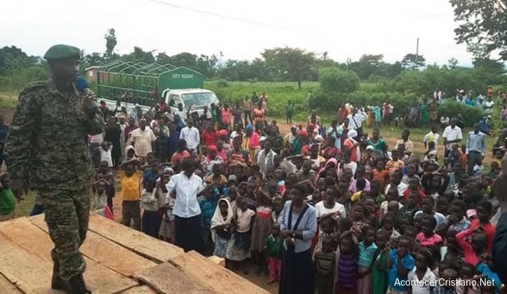 Soldados ugandeses predicando