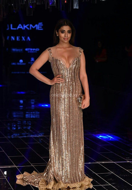 Shriya Saran Looks Stunning at Lakme Fashion Show 2017 002.jpg