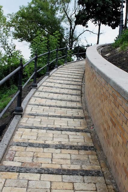 Дорожка к верхней площадке обозрения Владимирской горки