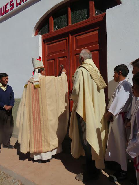 Die recht schöne Liturgie begann damit, dass der Bischof dreimal mit einem Hämmerchen gegen die Kirchtüre klopft, eingelassen wurde