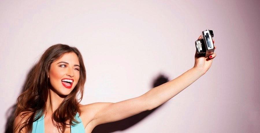 Mujer haciéndose selfie