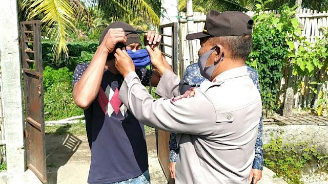 Sukseskan Kampung Sehat, Polsek Aikmel bagi-bagi masker gratis