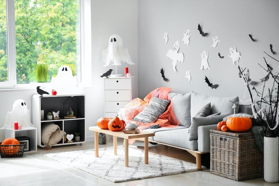 Salón decorado para celebrar halloween en casa