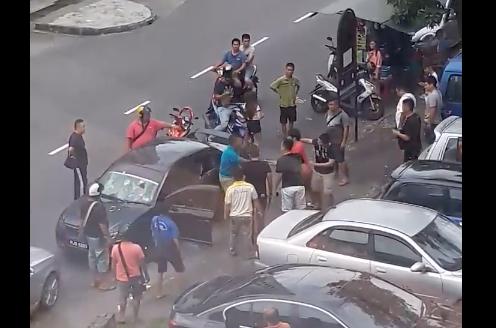 Undang-Undang Koboi !! Viral Video Pemandu Uber Dipukul 10 Lelaki di Penang