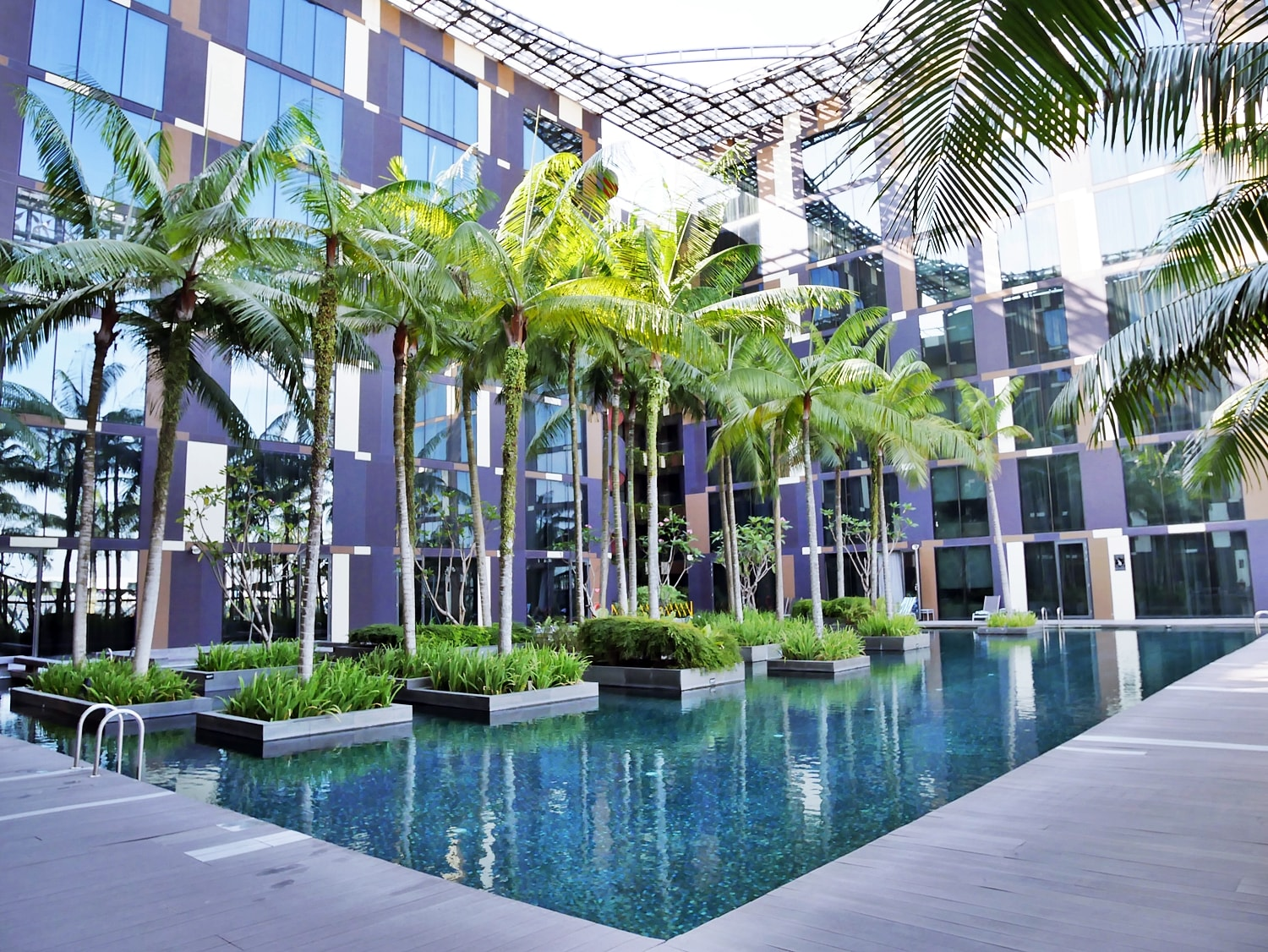 DELUXSHIONIST TRAVEL THE BEST AIRPORT HOTEL CROWNE PLAZA CHANGI SINGAPORE