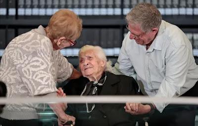 Heroína  grega reencontra família judia que salvou há 70 anos