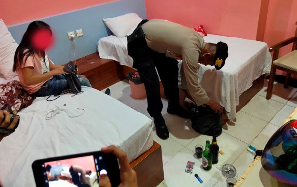 Bocah Laki-laki Temani Kakak Perempuannya Layani Pria di Kamar Hotel