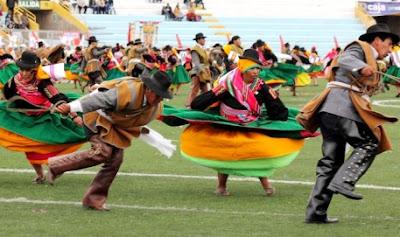 Foto de hombres y mujeres bailando Qajelo en la Fiesta de la Virgen de la Candelaria