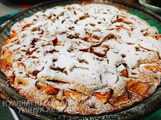 Пирог с яблоками, изюмом и орехами