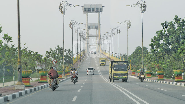 "Jembatan megah yang diberi nama ""Tengku Agung Sultanah Latifah"" ini merupakan ikon kebanggaan Kabupaten Siak Sri Indrapura. Jembatan dengan panjang 1.196 meter dan lebar 16,95 meter ini di tengah – tengah nya berdiri dua menara, masing – masing menara memiliki tinggi 80 meter. Di menara tersebut pengunjung dapat menikmati keindahan sungai yang terhampar dibawah jembatan. Nama Tengku Agung Sultanah Latifah diambil dari Tengku Syarifah Mariam binti Fady yaitu Permaisurinya Sultan Syarif Kasim II, sultan yang terakhir memerintah di Kerajaan Siak Sri Indrapura mulai dari tahun 1915 sampai 1946 masehi."