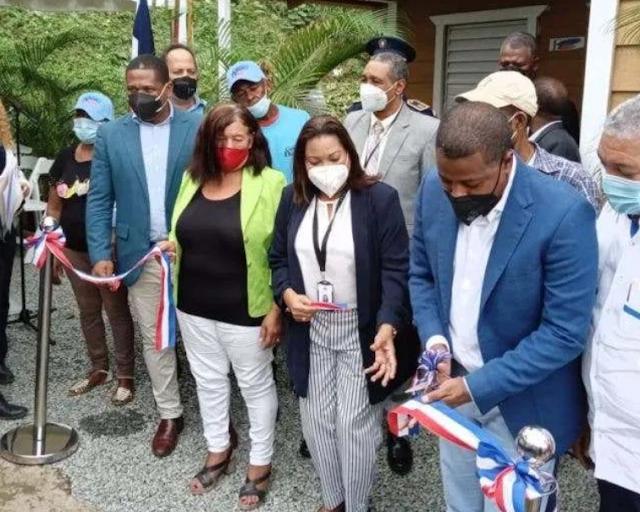 Gobernadora participa en programa de arreglo de viviendas y baños en Hato Nuevo