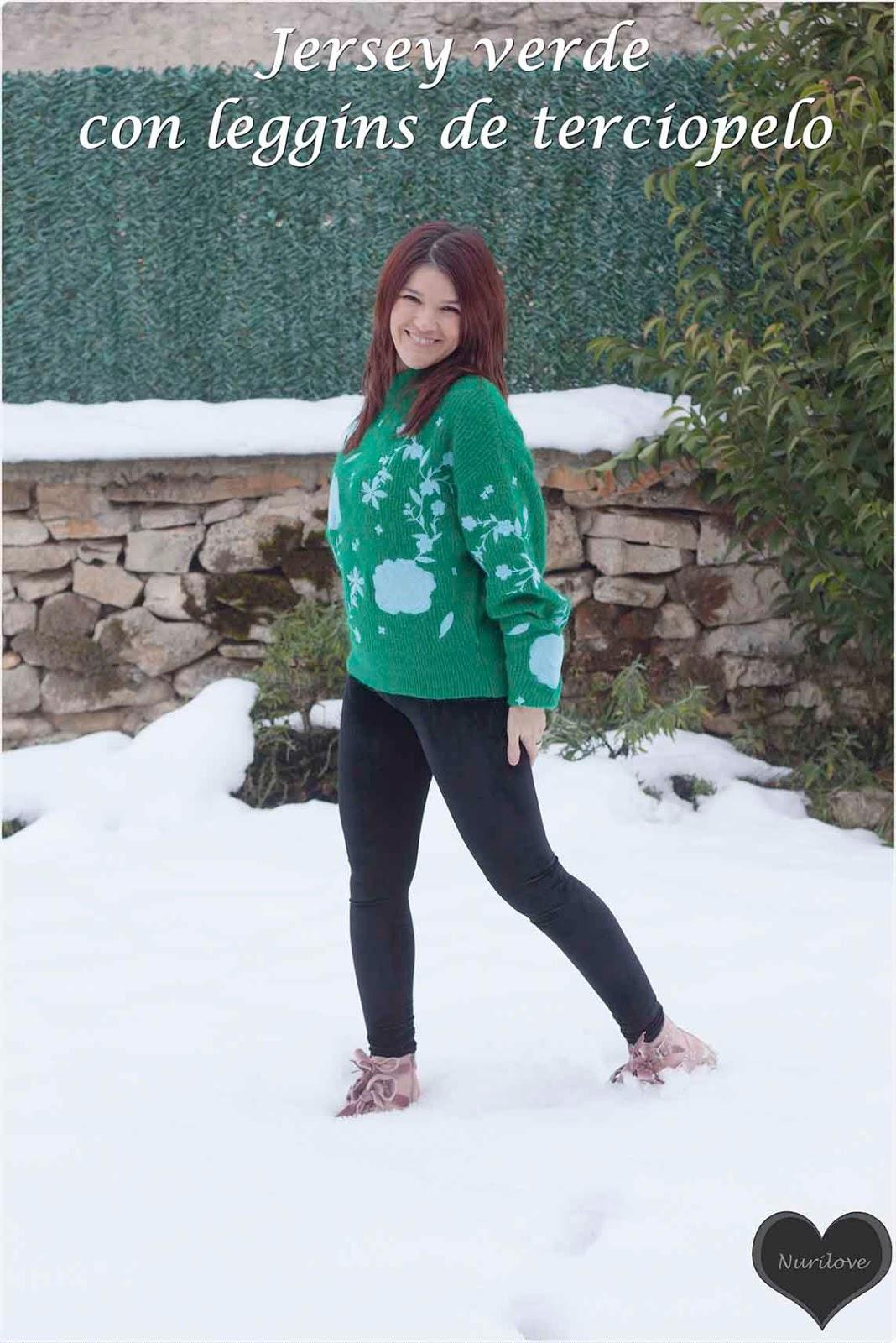 jersey verde con un estampado precioso con leggins negros