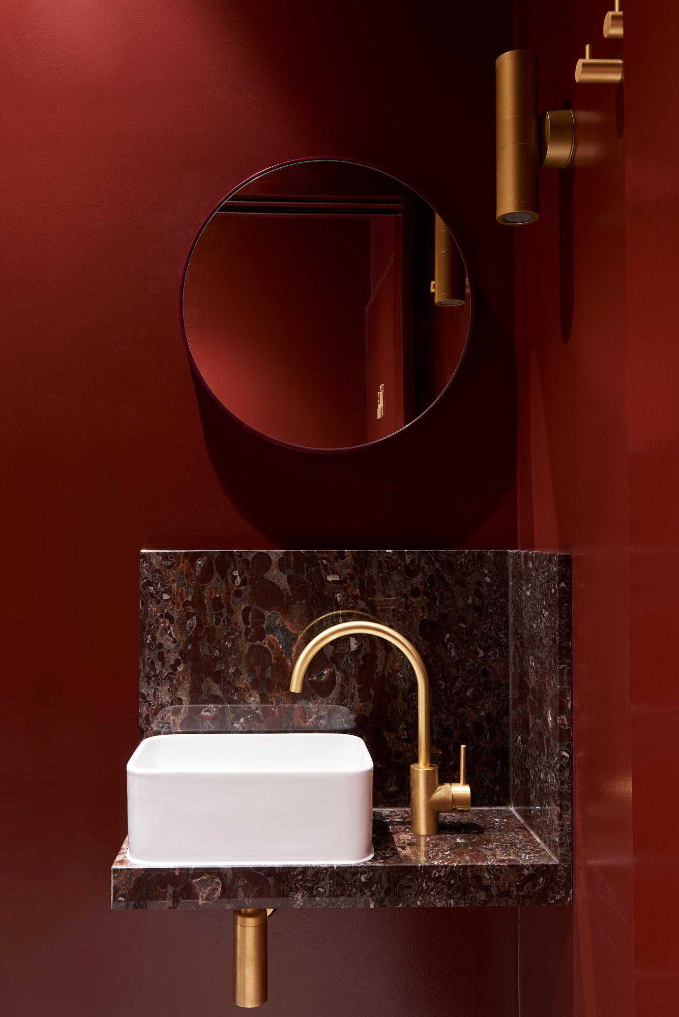un coin d'eau en rouge, pierre et laiton
