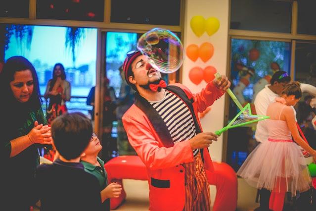 Palhaço de Humor e Circo com Bolha Gigante em recepção de aniversario de um ano