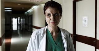 Καλλιόπη Αθανασιάδη: Επιβίωσε από φριχτό ατύχημα, έγινε κορυφαία χειρουργός και μάχεται για τα δικαιώματα των γυναικών