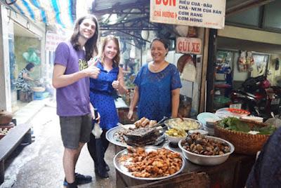 Khách du lịch tới thăm quan Ngõ Chợ Đồng Xuân