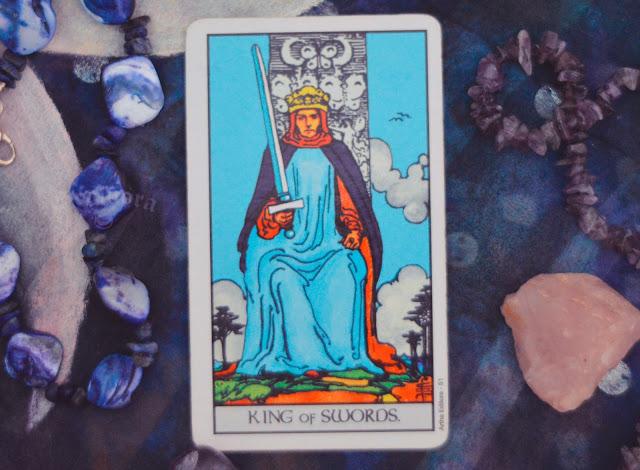 Saiba o significado da Carta do Rei de Espadas no Tarot do amor, dinheiro e trabalho, na saúde, como obstáculo ou invertida e como conselho.