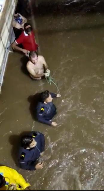 Policiais Militares resgatam vítimas durante enchente na cidade de Brejo-MA
