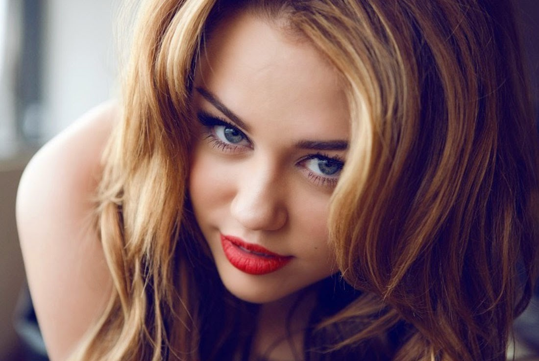 Cute Miley Cyrus with Nice Looks Wallpaper