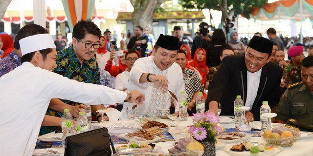Hidangan Qurban Bersama Ribuan Masyarakat Gubernur Ridho Santap Hidangan Qurban Bersama Ribuan Masyarakat