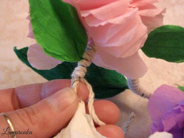 Γιρλάντα με χάρτινα λουλούδια.