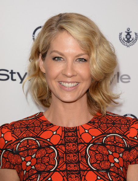 Hairstyle Photo Jenna Elfman Short Wavy Cut Hairstyle