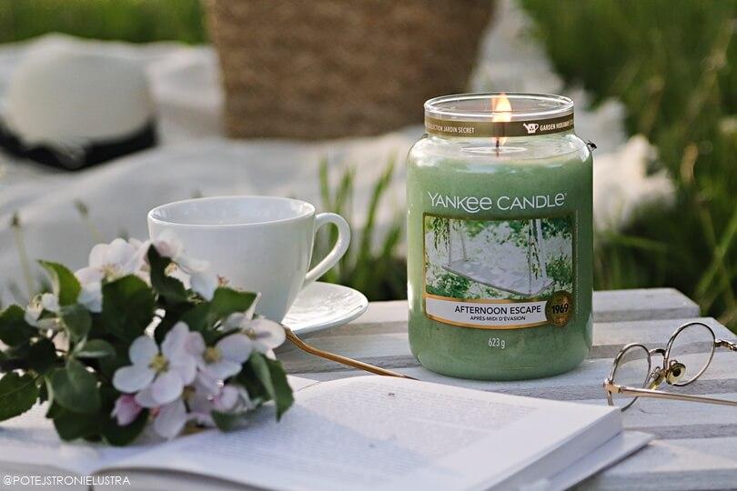 świeca yankee candle afternoon escape na tle ogrodu