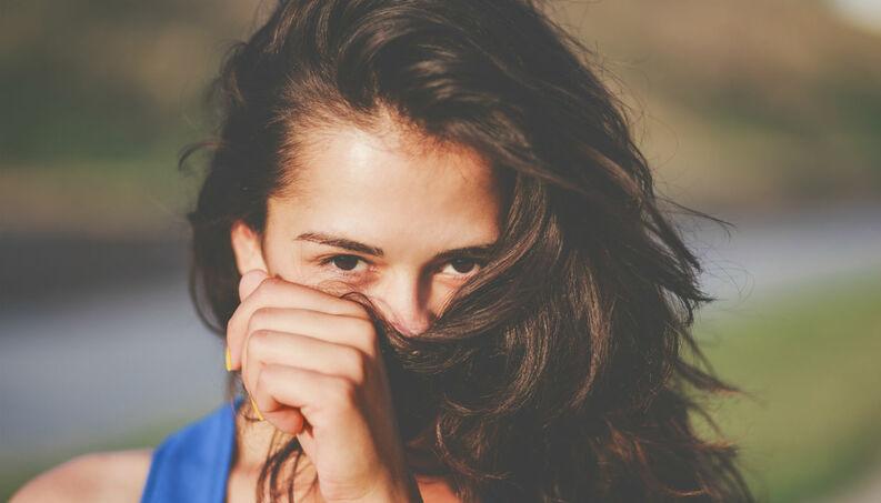 ¿Por Qué te hueles el cabello de vez en cuando? Estudio sobre conductas adjuntivas.