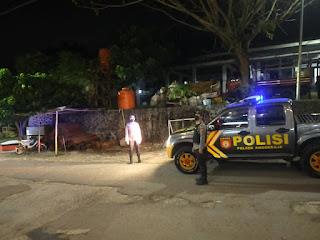 Personel Polsek Anggeraja Polres Enrekang Melaksanakan Patroli Malam Di Sekitaran Pasar Cakke