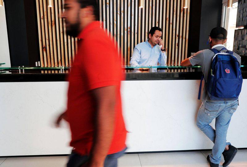 A punta de bonos les suben el sueldo a conserjes de los edificios
