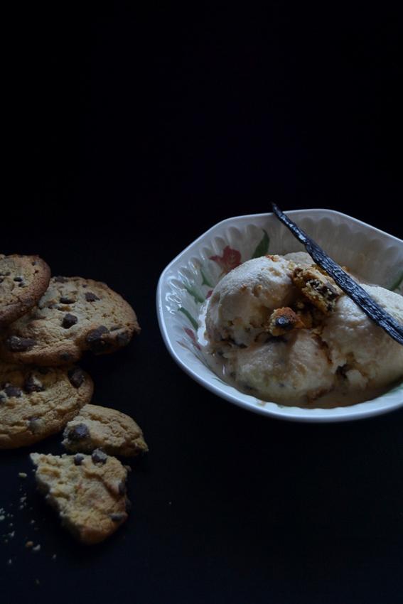 Helado de vainilla y cookies sin lactosa