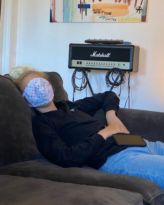 わたしは小顔だから、マスクは寝る時も役立つよ😷という愉快なジョーディン・ジョーンズちゃん💕