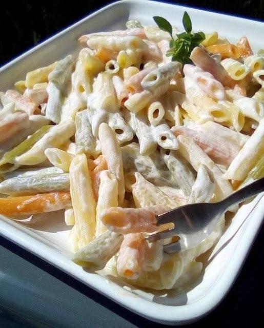 Σαλάτα ζυμαρικών με σκόρδο και γιαούρτι