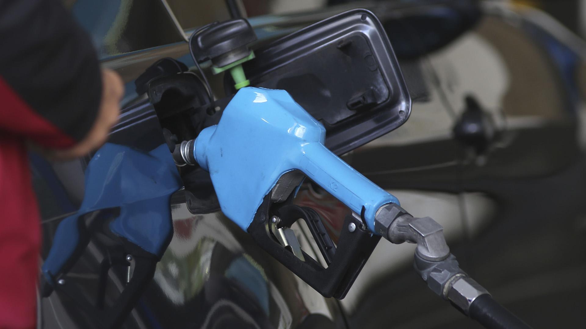 Mañana aumentan nuevamente un 6% los precios de los combustibles