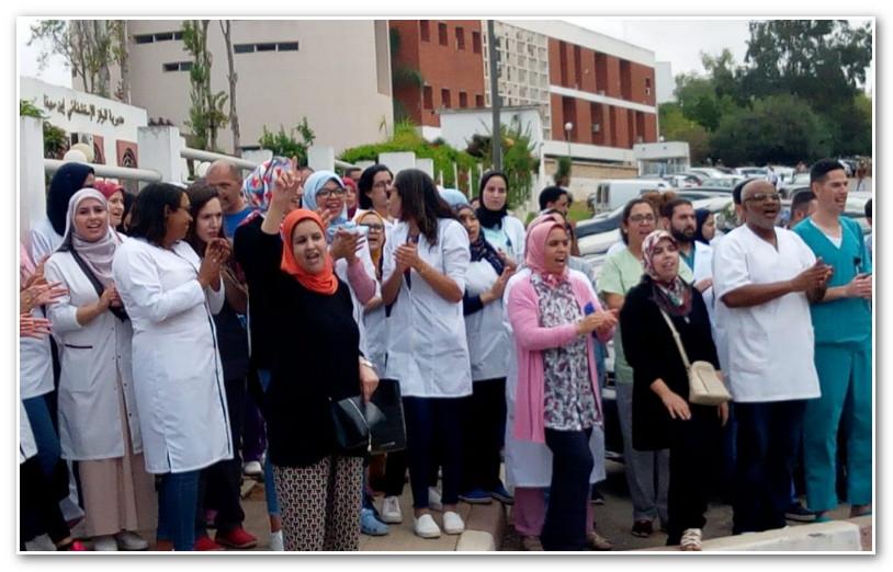 أطر التمريض يحتجون امام مديرية المركز الاستشفائي الجامعي ابن سينا (+فيديو)