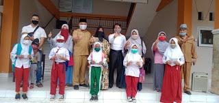 BANTUAN SISWA: Pembagian buku tabungan dana Program Indonesia Pintar di MIN 1 Lombok Tengah.