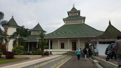 """Sejarah Tasikmalaya   Arti Tasikmalaya, yaitu berasal dari kata """"tasik"""" dan """"laya"""", artinya """"keusik ngalayah"""", maksudnya banyak pasir di mana-mana, mengingatkan kejadian meletusnya Gunung Galunggung Oktober 1822, yang menyemburkan pasir panas ke arah Kota Tasikmalaya. Keterangan lain menyebutkan bahwa Tasikmalaya berasal dari kata """"Tasik"""" dan """"Malaya"""". Tasik dalam bahasa Sunda berarti danau, laut dan Malaya artinya nama deretan pegunungan di Pantai Malabar India.  Dimulai pada abad ke VII sampai abad ke XII di wilayah yang sekarang dikenal sebagai Kabupaten Tasikmalaya, diketahui adanya suatu bentuk Pemerintahan Kebataraan dengan pusat pemerintahannya di sekitar Galunggung, dengan kekuasaan mengabisheka raja-raja (dari Kerajaan Galuh) atau dengan kata lain raja baru dianggap syah bila mendapat persetujuan Batara yang bertahta di Galunggung. Batara atau sesepuh yang memerintah pada masa abad tersebut adalah sang Batara Semplakwaja, Batara Kuncung Putih, Batara Kawindu, Batara Wastuhayu, dan Batari Hyang yang pada masa pemerintahannya mengalami perubahan bentuk dari kebataraan menjadi kerajaan.  Kerajaan ini bernama Kerajaan Galunggung yang berdiri pada tanggal 13 Bhadrapada 1033 Saka atau 21 Agustus 1111 dengan penguasa pertamanya yaitu Batari Hyang, berdasarkan Prasasti Geger Hanjuang yang ditemukan di bukit Geger Hanjuang, Desa Linggawangi, Kecamatan Leuwisari, Tasikmalaya. Dari Sang Batari inilah mengemuka"""